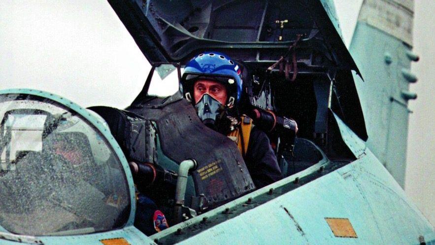 Im Präsidentschaftswahlkampf 2000 setzt sich Wladimir Putin als erster Soldat seines Landes in Szene. Mit einem Kampfflugzeug SU-27 fliegt er in die kurz zuvor eroberte tschetschenische Hauptstadt Grosny.