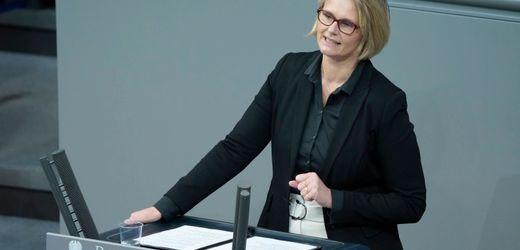 Bildungsministerin Anja Karliczek stellt sich den Fragen der Abgeordneten - Livestream