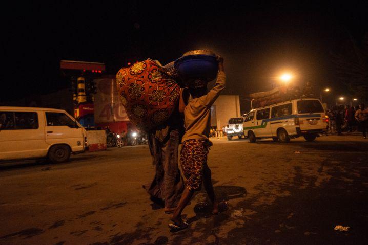 Der Lavastrom kommt näher, die Einwohner der Millionenstadt Goma fliehen mit ihrer Habe aus der Stadt