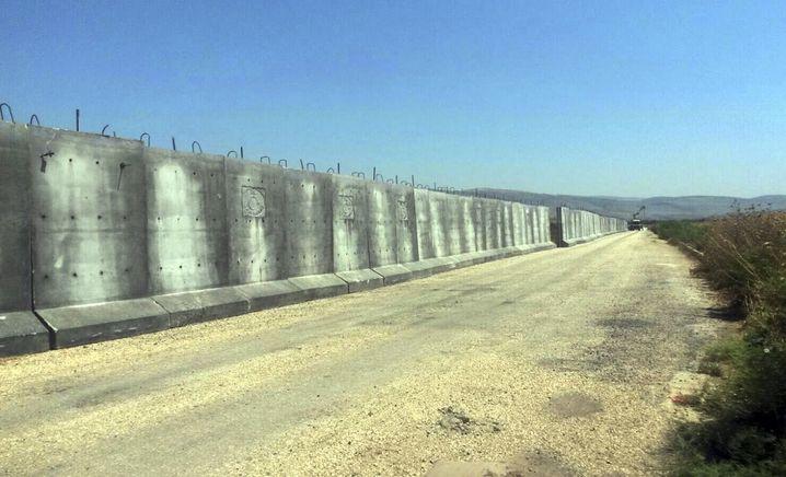 Bei Reyhanli steht die Mauer bereits
