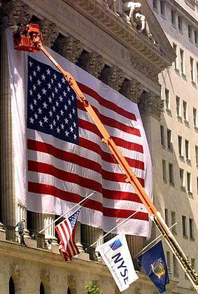 Patriotismus: Eine Riesenflage ziert den Eingang der New York Stock Exchange bei ihrer Wiedereröffnung am 15. September