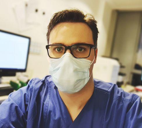 Ludwig Montag, 31, arbeitet seit acht Jahren auf einer Spezialstation für krebskranke Patientinnen und Patienten