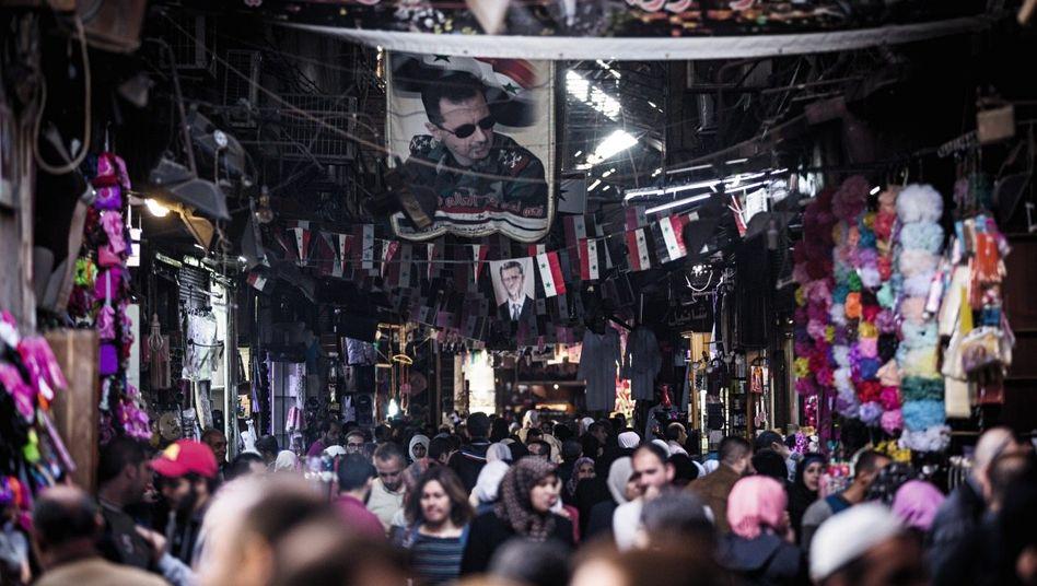 Menschenmenge im Souk al-Hamidija Kriegsspuren darf es nicht geben