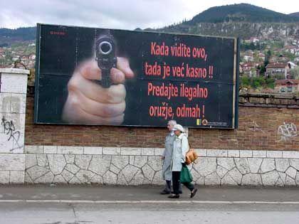 Appell der Sfor-Truppen in Sarajevo illegale Waffen abzugeben - bislang praktisch ohne Erfolg.