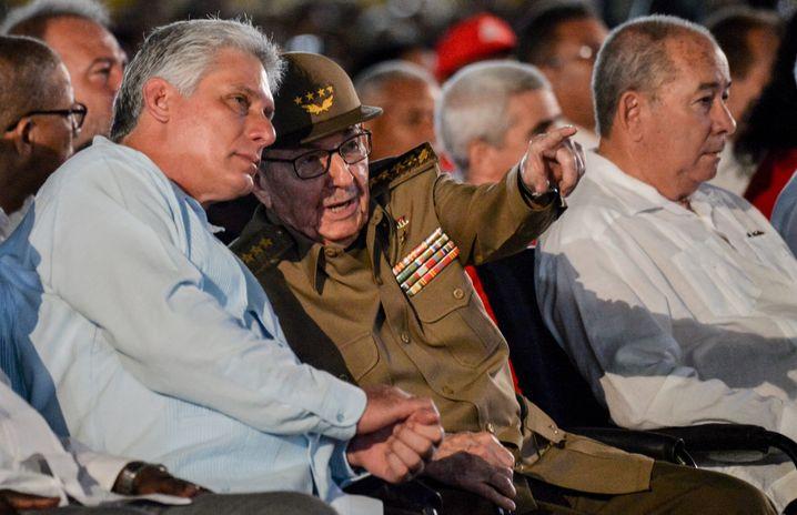 Raúl Castro (r.) gibt Präsident Miguel Díaz-Canel in vielen Punkten weiter die Richtung vor
