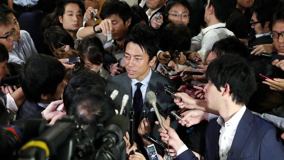 Shinjiro Koizumi wird in Tokio von Reportern umringt
