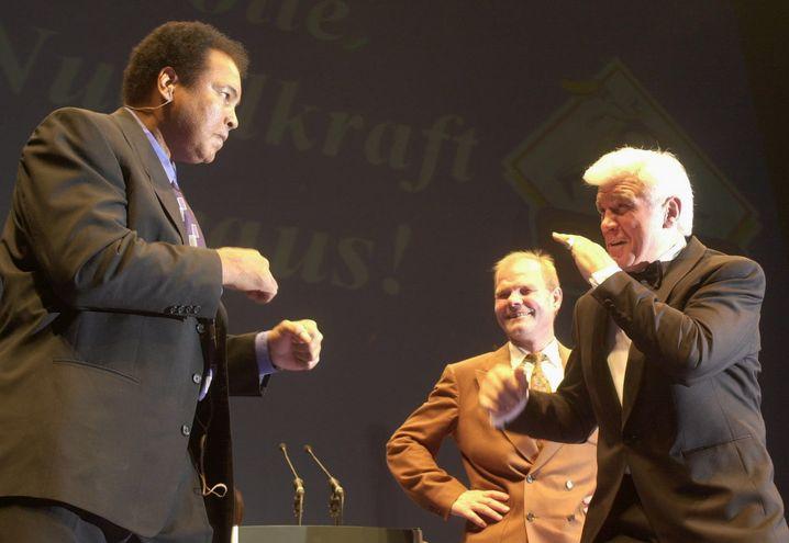 Muhammad Ali (l.) und Karl Mildenberger 2002
