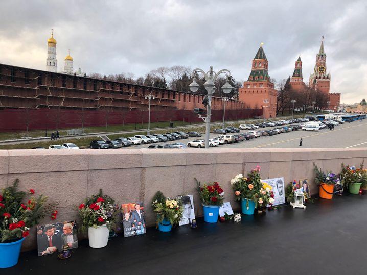 Blumen und Fotos: Die Gedenkstätte an den roten Kremlmauern heute