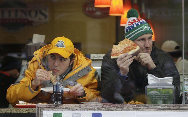 Super Bowl-Fans mit Pizza: Wieviel verträgt der Bauch?