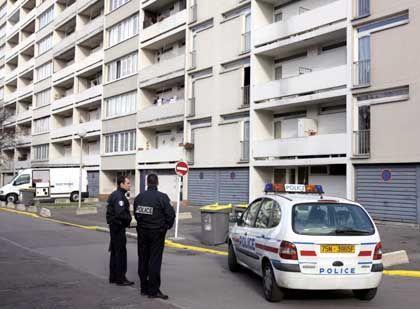 Mordfall Halimi: Französische Polizisten vor einem Wohnblock in Bagneux