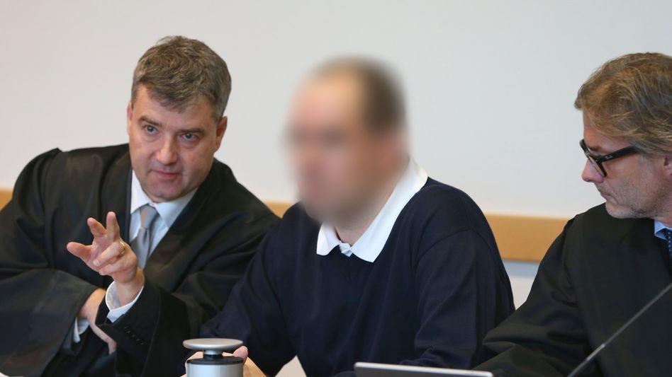 Verurteilter Kinderarzt (Mitte) mit Anwälten (Archivfoto)