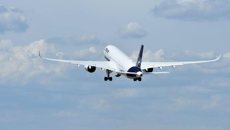 Lufthansa-Maschine (Symbolbild): Passagiere einfach auf anderes Drehkreuz umgebucht