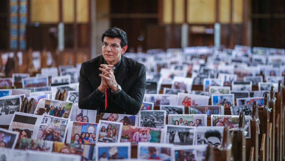 Priester in Curitiba, Brasilien mit Fotos seiner Gemeindemitglieder: Intensivstation in Krisenzeiten