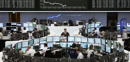 Börse in Frankfurt am Main: Der Dax startete mit Verlusten - erholte sich aber wieder. Die EZB hatte zuvor neue Milliarden für den Markt angekündigt