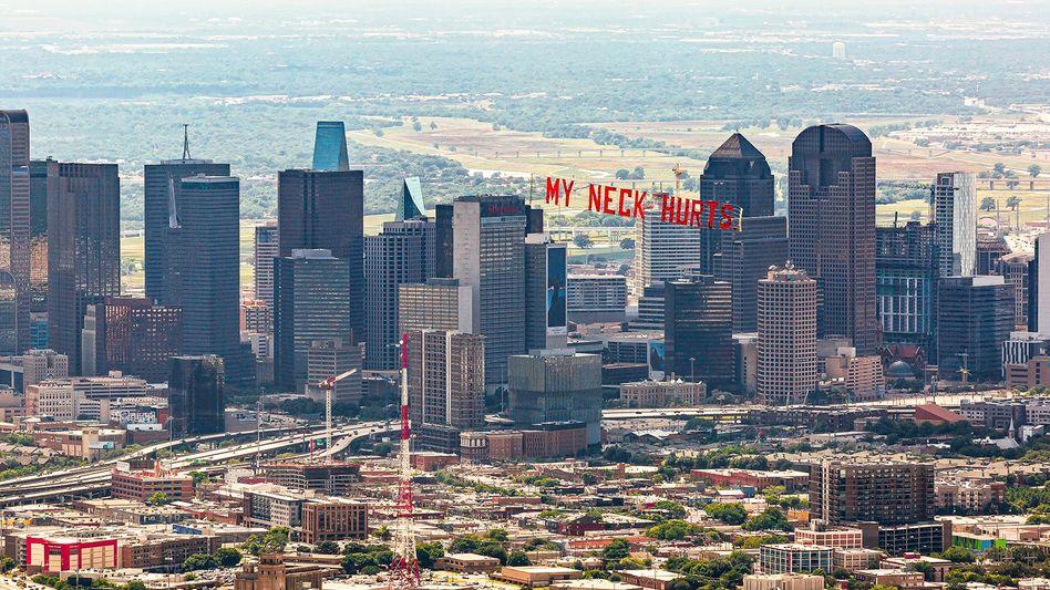 """""""My neck hurts"""": George Floyds Worte auf einem Plakat über Dallas"""