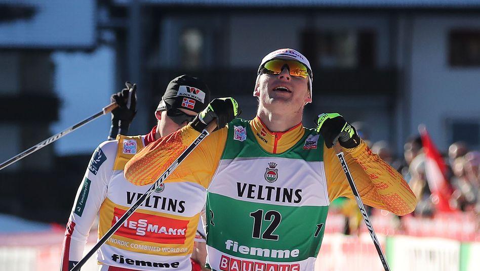 Jubel im Zieleinlauf: Vinzenz Geiger feiert in Val di Fiemme seinen zweiten Saisonerfolg vor Jarl Magnus Riiber