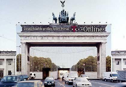 """Da steht es nun, das arme Tor: T-Online präsentiert sich als Sport-Portal mit dem Slogan """"Habt Euch lieb, wir verbinden"""" - preisgekröntes Plakat von Springer & Jacoby"""