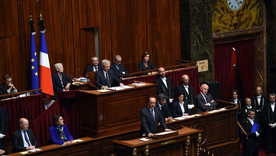 "Hollande im Parlament: ""Wir müssen erbarmungslos sein"""