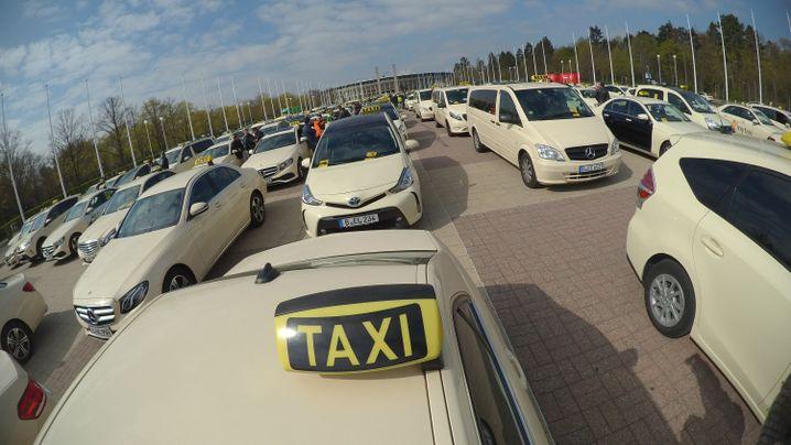 Taxi-Demo vor dem Berliner Olympiastadion