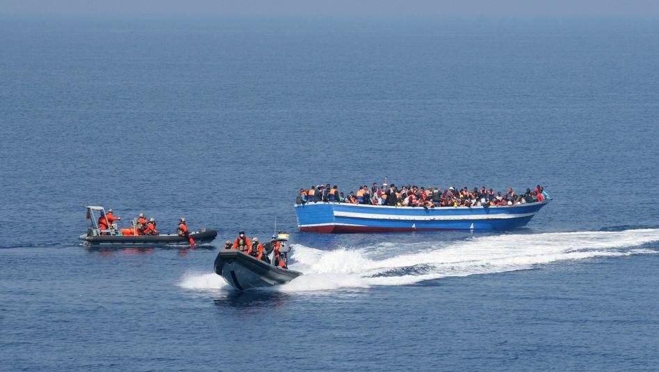 """Soldaten der Fregatte """"Hessen"""" retten Schiffbrüchige: """"Die verlassenen Boote wurden zerstört"""""""