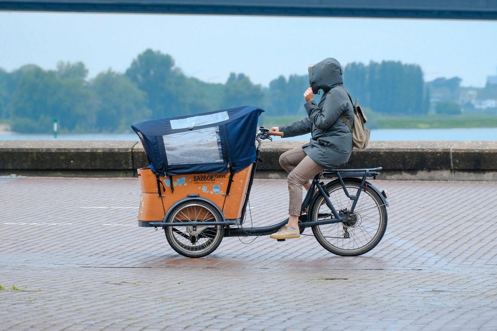 Düsseldorf 27.05.2021 Lastenrad Lastenfahrrad Fahrrad Babboe Curve Regen Regenschutz Regenplane Regenkapuze Transportra