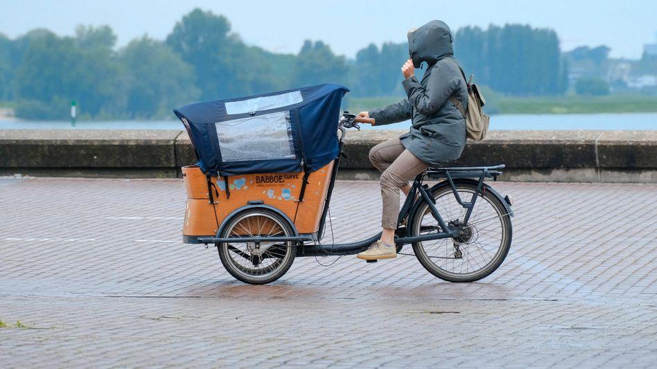 Mit dem Lastenrad durch den Regen: Nicht immer und nicht für jeden eine Alternative zum Auto