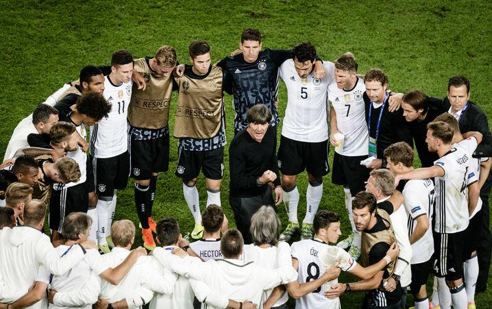 Chefcoach Löw, Nationalspieler beim EM-Spiel gegen Italien