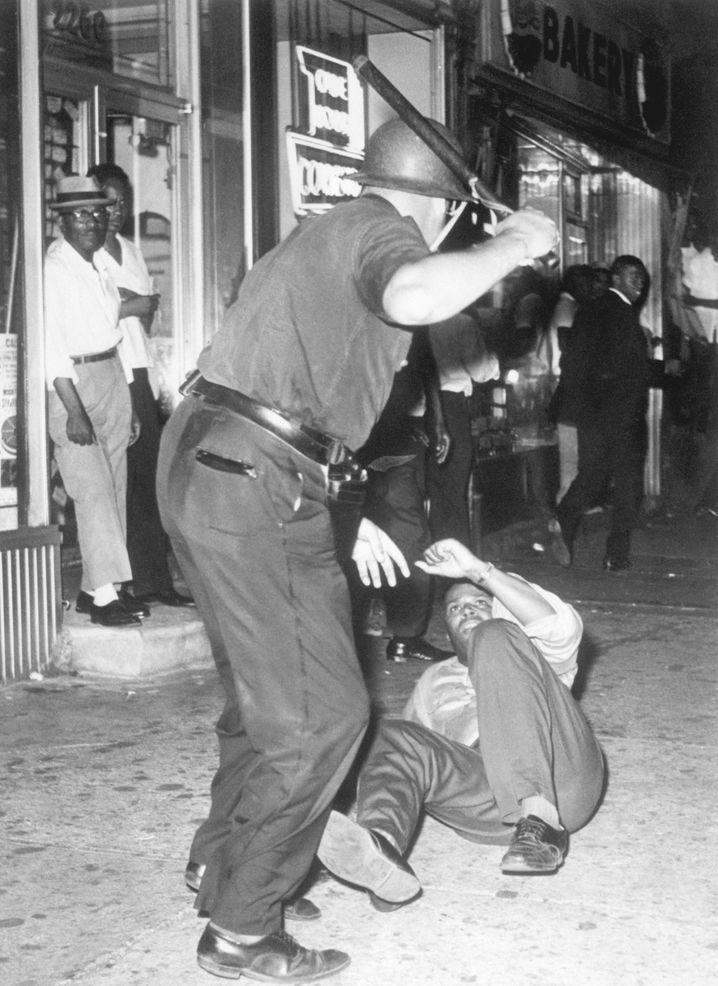 Ein prügelnder Polizist, hier bei Rassenunruhen in Harlem 1935