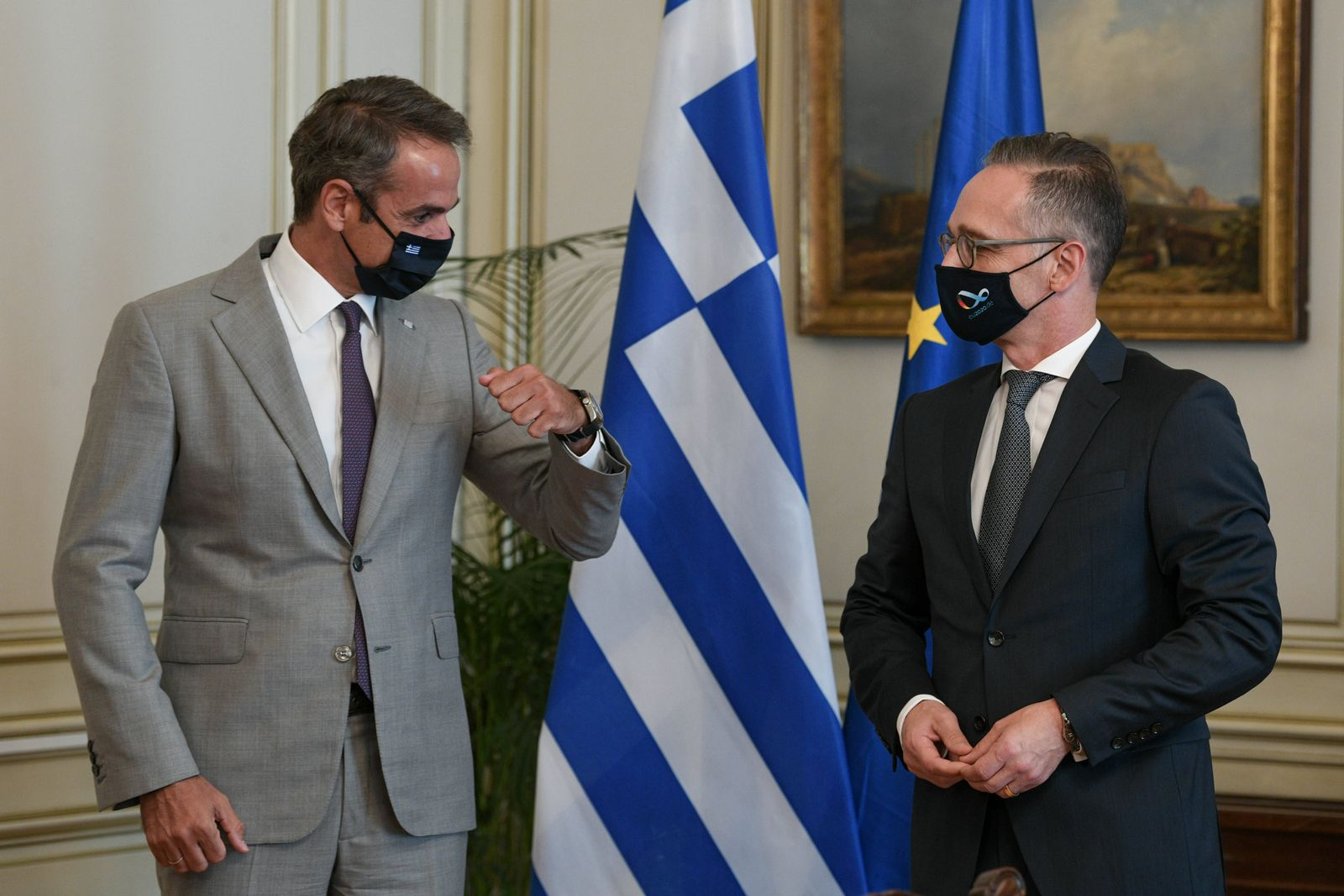 Heiko Maas (R), Bundesaußenminister, und der griechische Premierminister Kyriakos Mitsotakis (L) treffen sich zum Gespr
