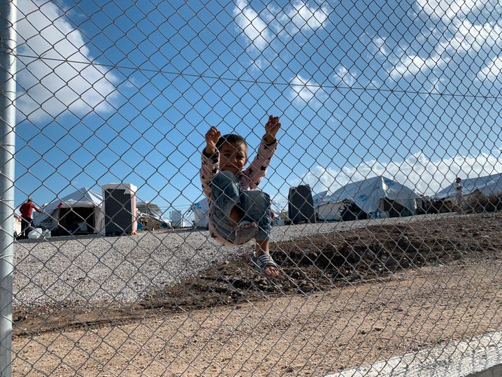 Ein Kind im neuen Flüchtlingslager Kara Tepe
