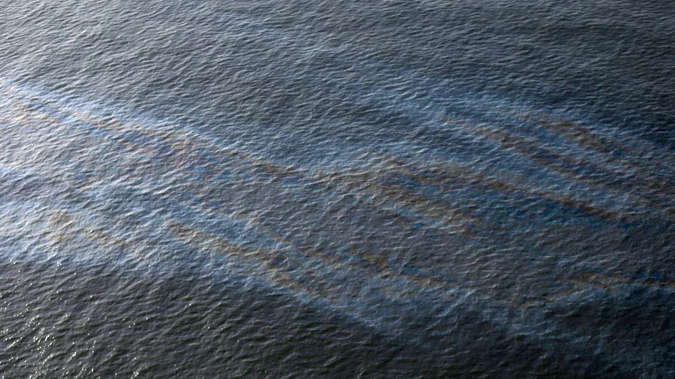 Öl im Wasser oberhalb des Lecks im Meeresboden