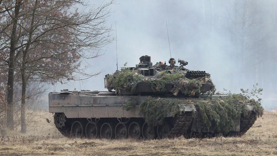 """""""Leopard 2""""-Panzer während einer Übung: Rüstungsbranche in Sorge"""