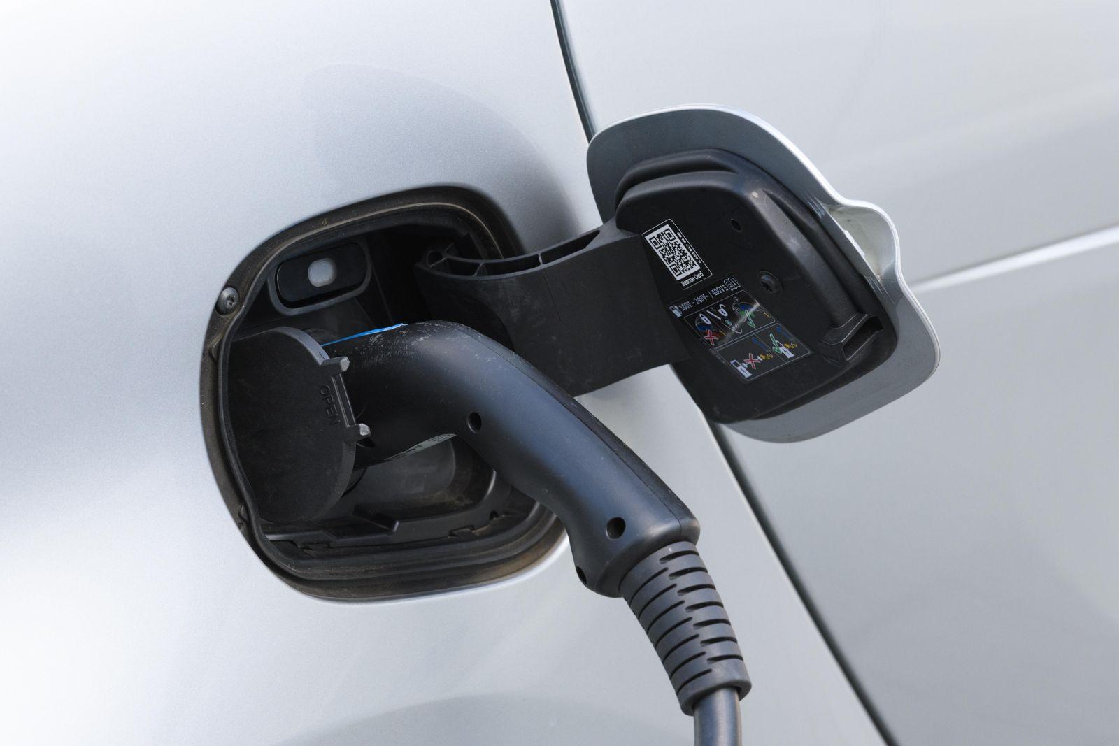 Elektroauto, E-Auto beim Aufladen an der Ladestation mit Ladekabel, Stuttgart, Baden-Württemberg, Deutschland, Europa **