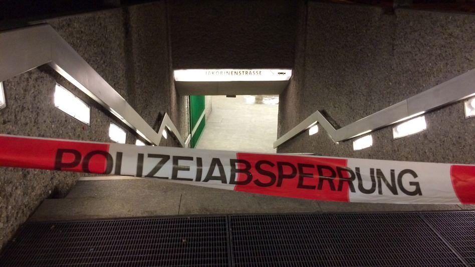 Nach der Messerattacke sperrte die Polizei die Treppe zur U-Bahnstation an der Jakobinenstraße in Fürth ab