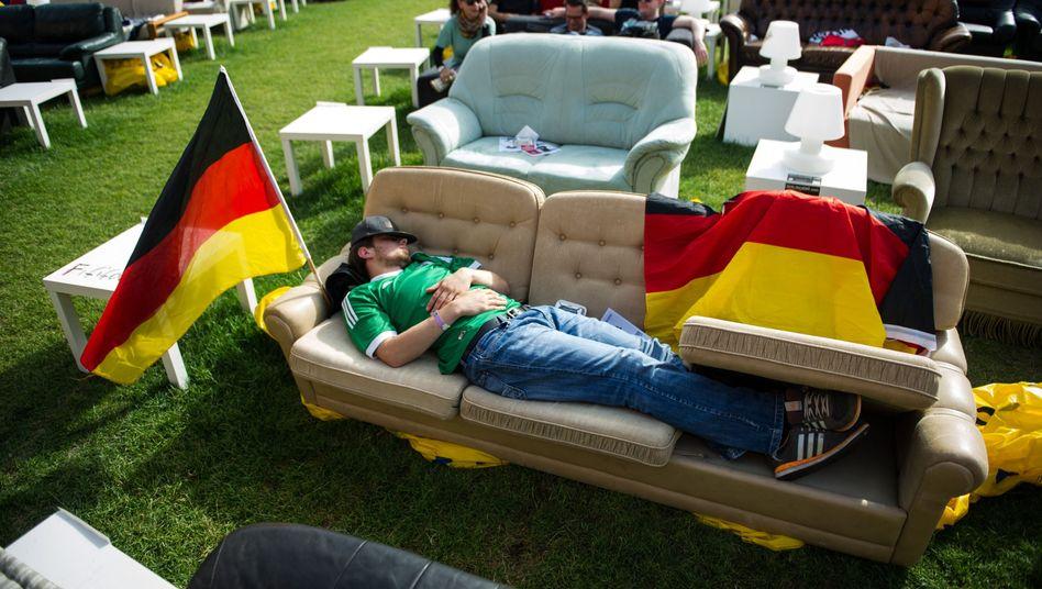 Schlafender Fußballfan (vor einem WM-Spiel 2014)