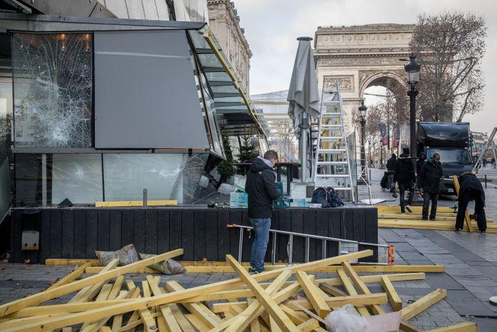 Aufräumen am Champs-Élysées