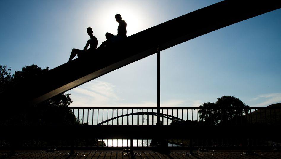 Junge Männer auf einer Brücke
