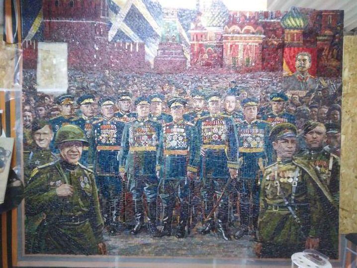 """""""Warum sollten wir uns seiner schämen?"""" Josef Stalin als Transparent im Hintergrund, auf dem Mosaik zur Siegesfeier 1945."""
