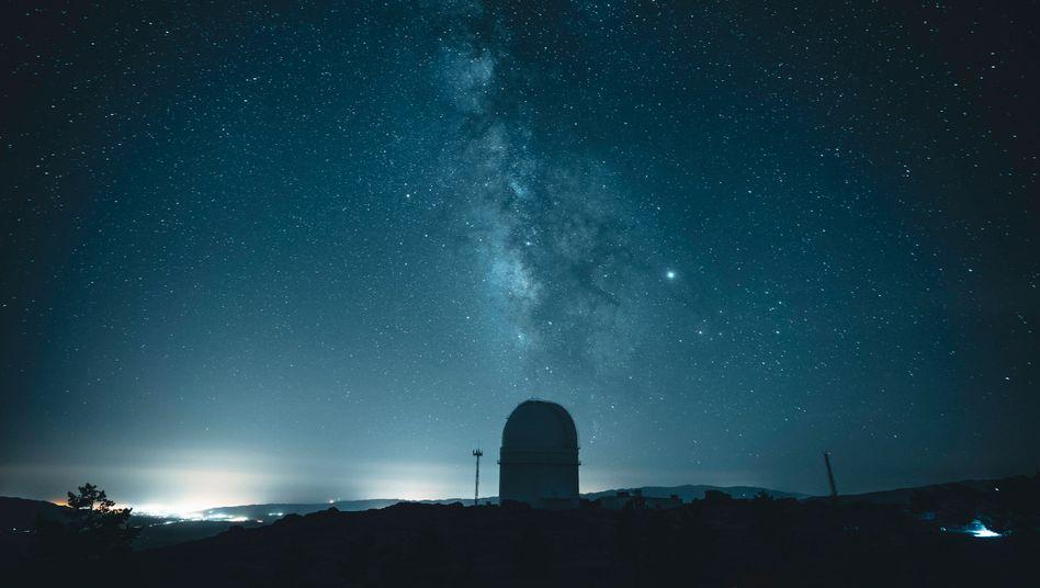 Milchstraße über dem Calar-Alto-Observatorium in Spanien