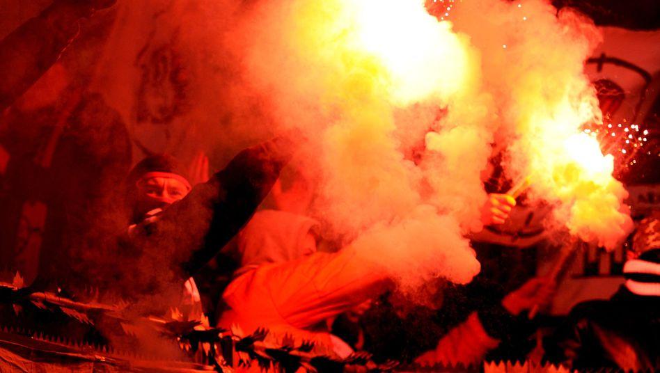 Eintracht-Fans mit Pyrotechnik (Archivbild): Strafe von der Uefa