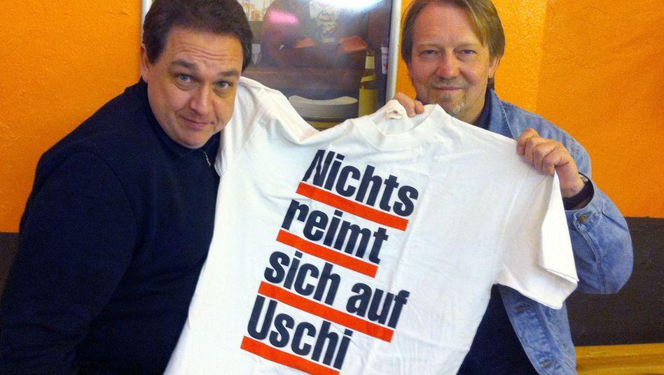 """""""Kistenweise alte Kalauer"""": Oliver Kalkofe (links) und Dietmar Wischmeyer mit altem T-Shirt"""