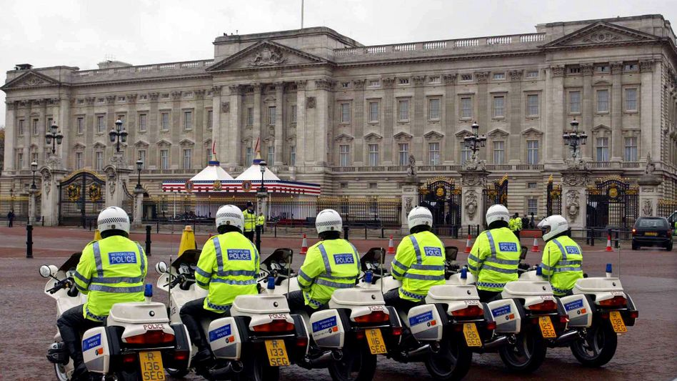 """Polizisten vor dem Buckingham Palace (November 2003): Diskussion über """"unangemessener Inhalte"""" bei """"Street View"""""""