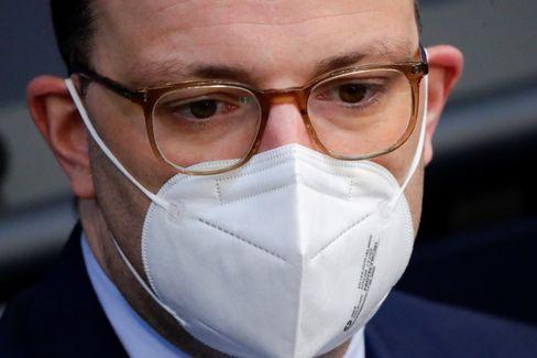 Jens Spahn hört der Bundestagsdebatte zu