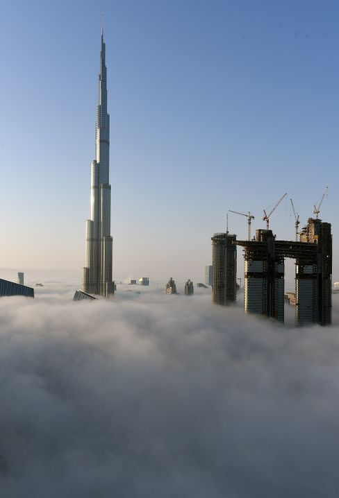 Ragt über die Wolken hinaus: der Burj Khalifa