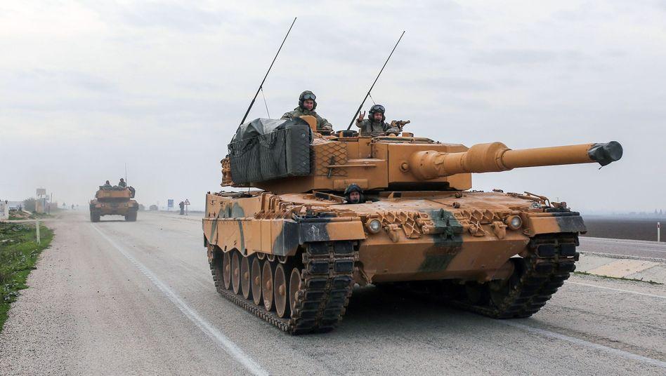Türkische Panzer an der Grenze zu Syrien, einer der Soldaten zeigt den nationalistischen Wolfsgruß (Januar 2018)