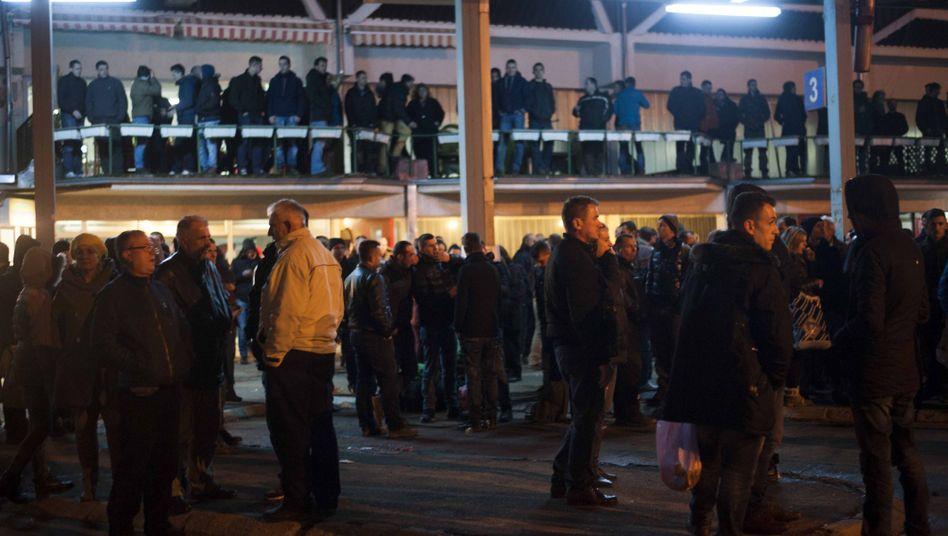 Kosovo-Albaner in Pristina: Warten auf Busse Richtung Norden