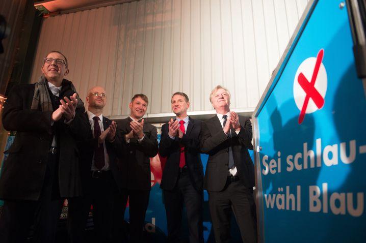 André Poggenburg, Vorsitzender der AfD in Sachsen-Anhalt (Mitte) mit Björn Höcke, AfD-Chef in Thüringen