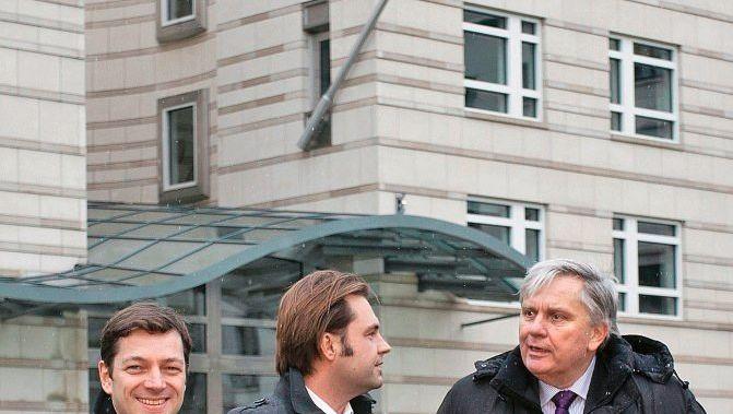 Stark, Rosenbach, Hoyng vor der US-Botschaft in Berlin