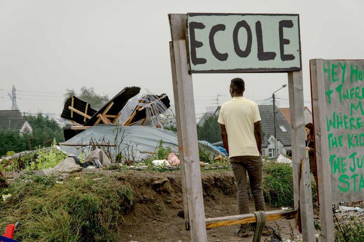 Das Schild weist auf die ehemalige Schule im zerstörten Camp hin