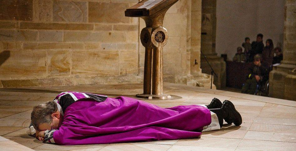 Betender Bischof Bode im Osnabrücker Dom 2010